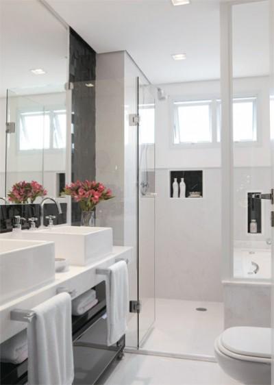 decoracao banheiro pequeno preto e branco : decoracao banheiro pequeno preto e branco:(Portinari) e nichos de granito preto absoluto (Mosarte). O banheiro