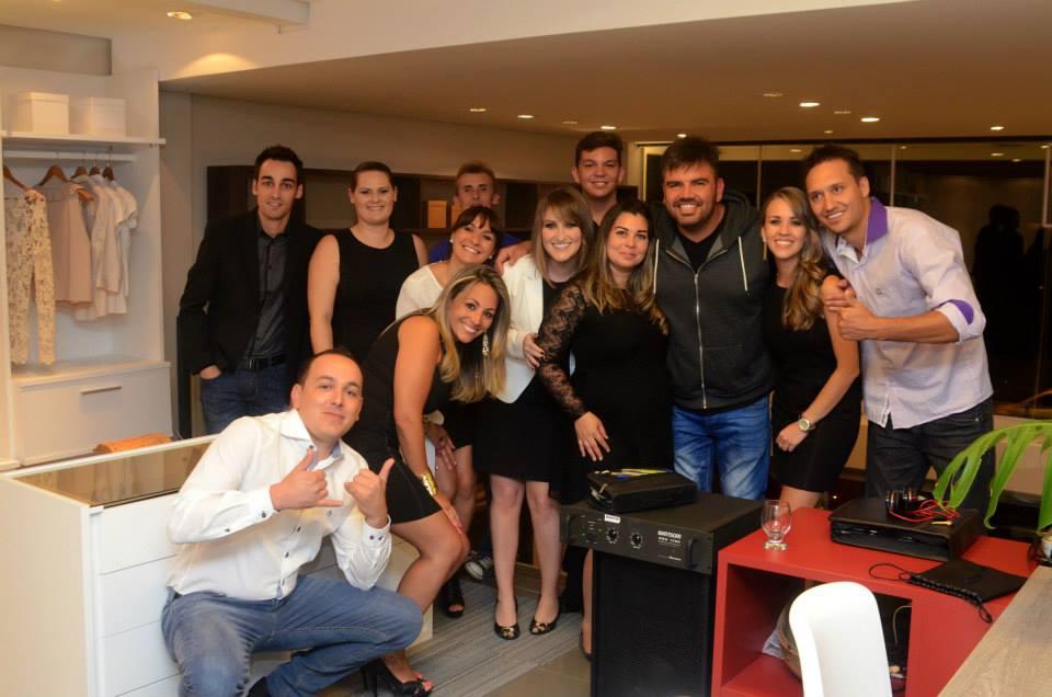 Equipe da DUOCASA Caxias do Sul com o DJ Porã
